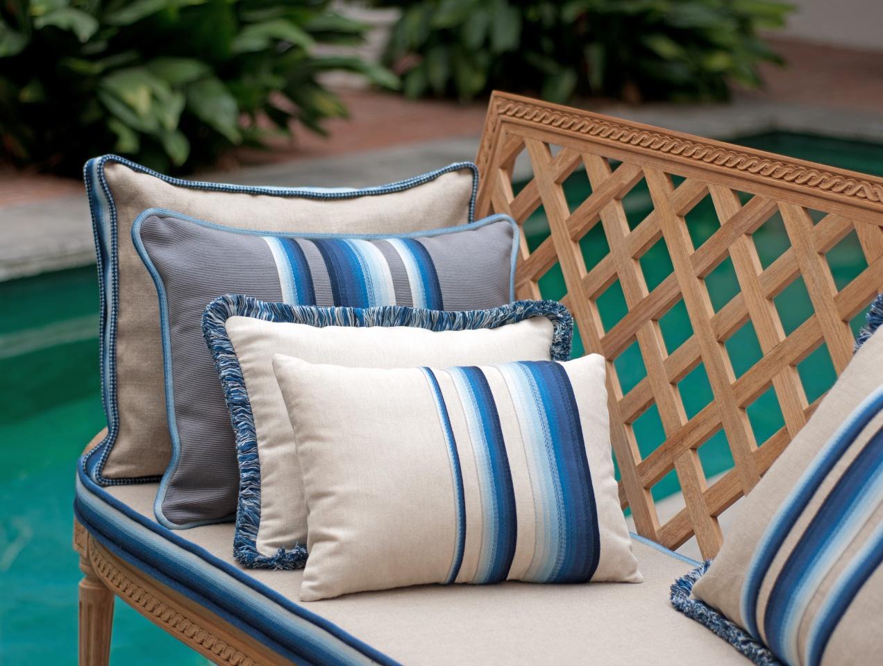 houl s les coussins prennent du galon. Black Bedroom Furniture Sets. Home Design Ideas